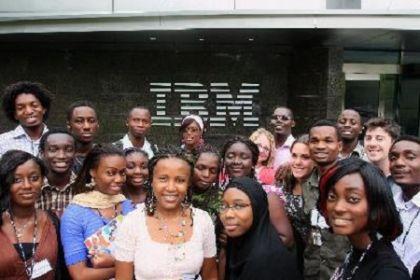 Studenti africani davanti alla sede Ibm