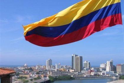 La bandiera colombiana e, sullo sfondo, la città di Bogotà